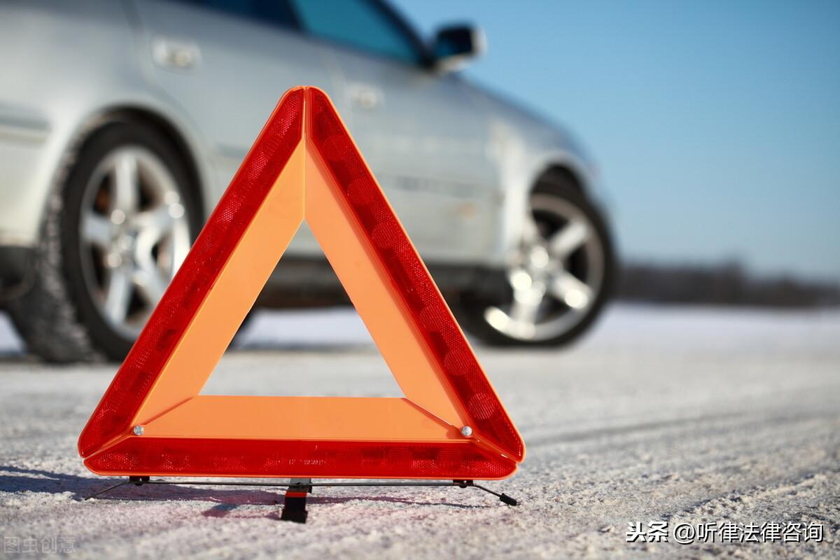 女子穿拖鞋开车撞倒保安亭 物业:错把油门当刹车,1人受伤