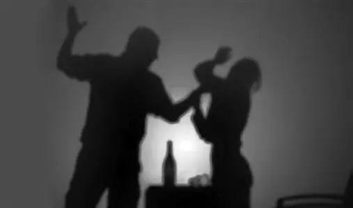 女子刮蹭奔驰被掌掴,满脸是血,奔驰男是黑社会吗?