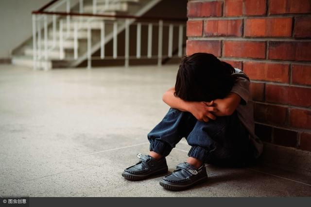 一男童疑遭家长虐待戴脚链行走 邻居:此前孩子多次被打